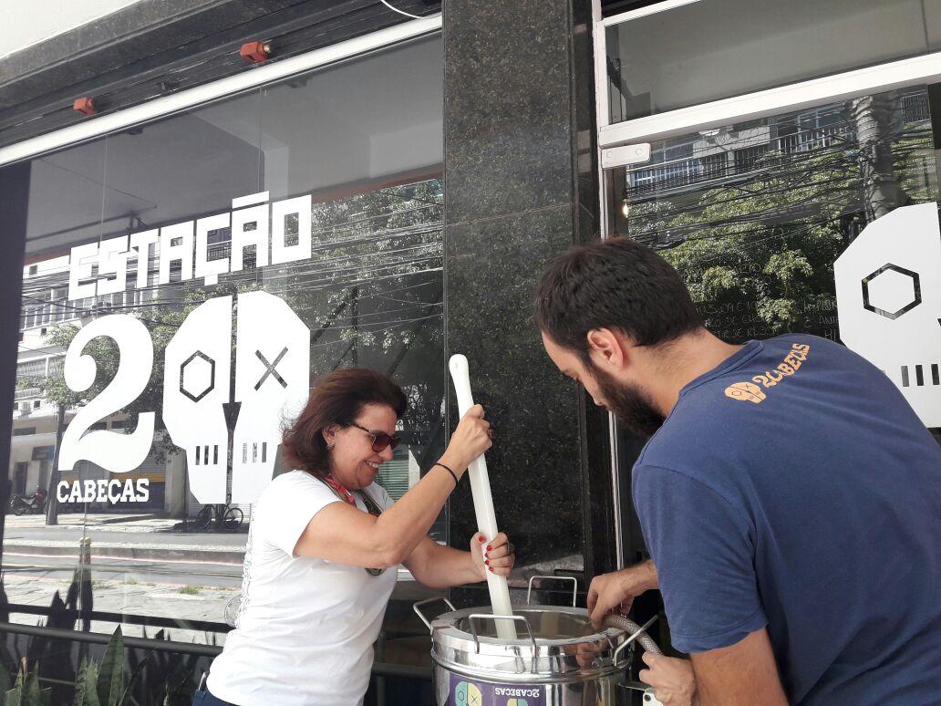 Confraria Lupulize e cervejaria 2Cabeças promovem brassagem aberta em Botafogo